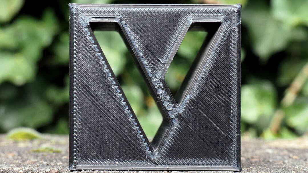 Blok v op beton en groen