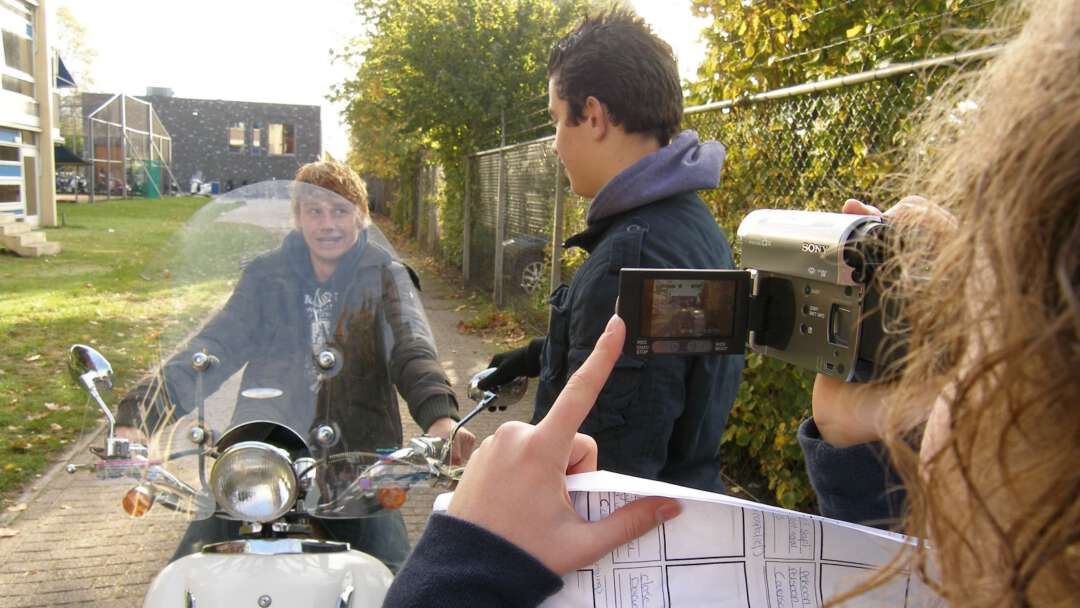 drie leerlingen filmopname