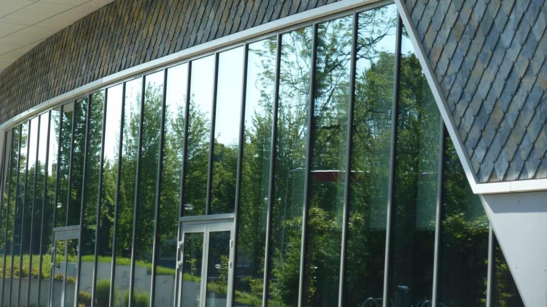 Schoolgebouw spiegeling groen 2160x1216