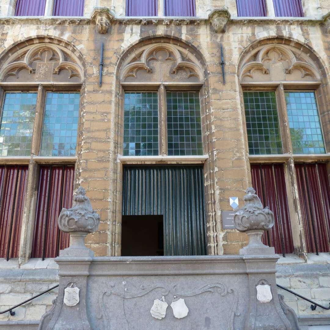 De deur staat open oude stadhuis tholen