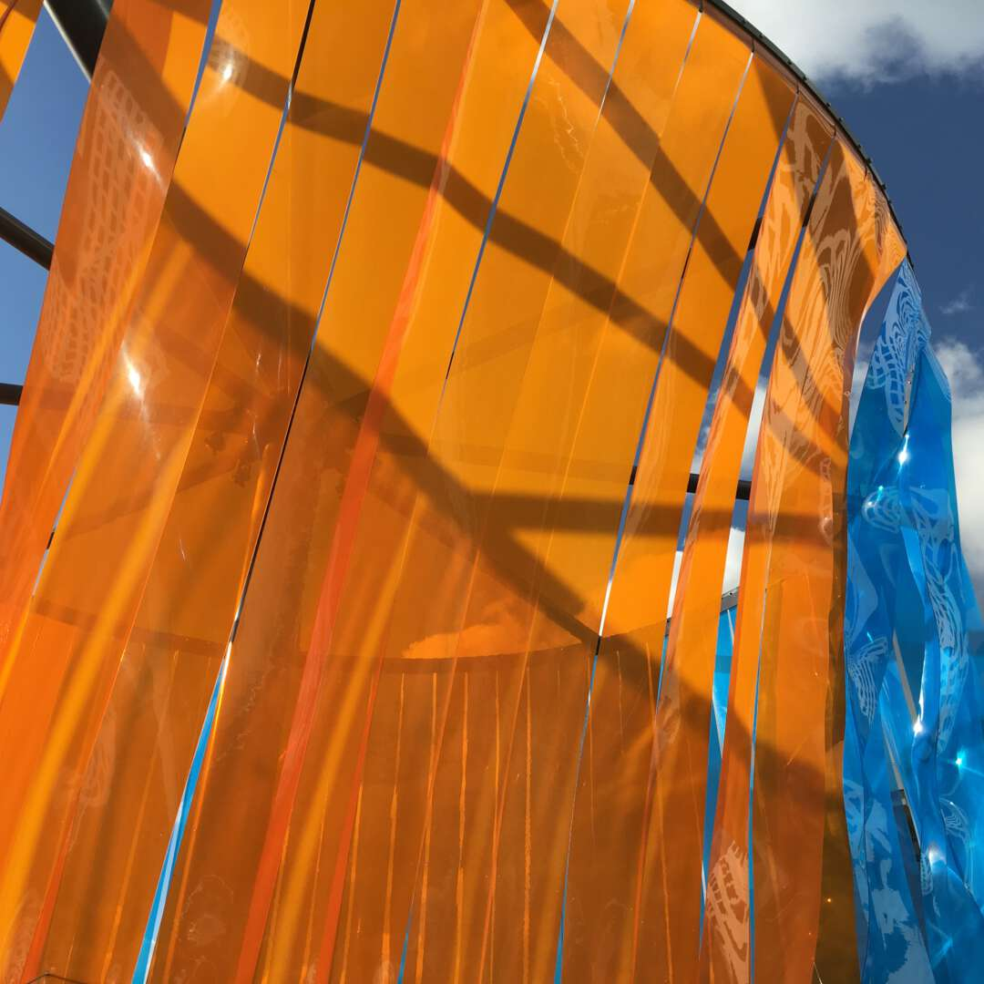 Wapperende oranje blauwe repen